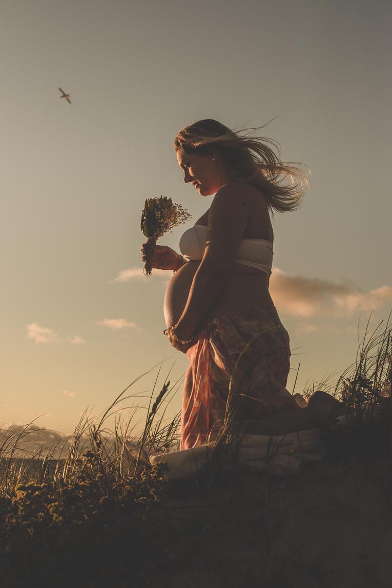 rozimages - photographie de grossesse - silhouette d'une femme enceinte tenant un bouquet - City Beach, Perth, Australie
