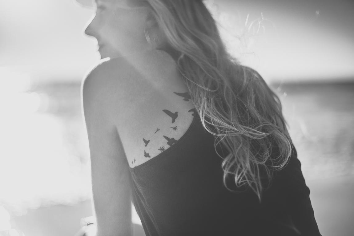 Détail d'une femme avec tatouages, à la plage. Photographe de portrait de femme Ariege