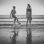 rozimages - photographie de portrait - session famille - deux enfants s'éclaboussent à la plage - Broome, Australie