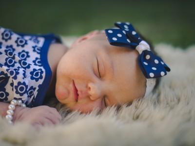 Nouveau-née qui dort photographiée par rozimages
