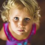 rozimages - photographie de portrait - session famille - portrait d'une petite fille levant les yeux - Broome, Australie