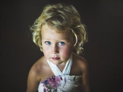 Petite fille levant les yeux photographiée par rozimages