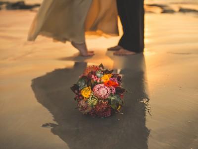bouquet et pieds du couple mariés photographiés par rozimages