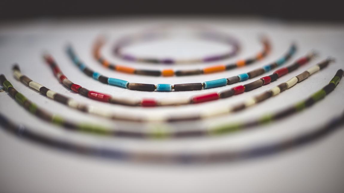 rozimages - photographie évènementielle - Salon des Arts et du Feu 2015 - colliers colorés en présentation - Martres-Tolosane, France