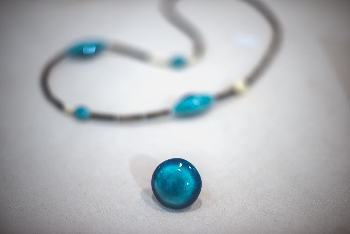 rozimages - photographie évènementielle - Salon des Arts et du Feu 2015 - bague bleue et collier bleu, en présentation - Martres-Tolosane, France