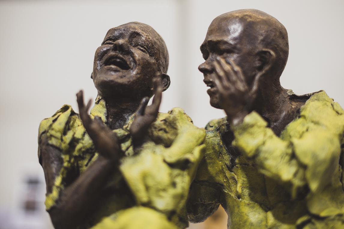 rozimages - photographie évènementielle - Salon des Arts et du Feu 2015 - Sculptures de deux hommes parlant et rigolant - Martres-Tolosane, France