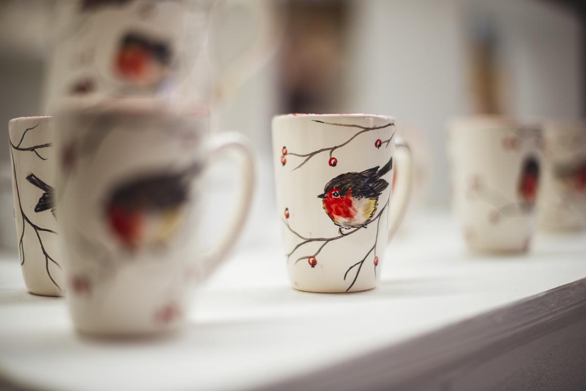 rozimages - photographie évènementielle - Salon des Arts et du Feu 2015 - tasses avec oiseaux peints, en présentation - Martres-Tolosane, France