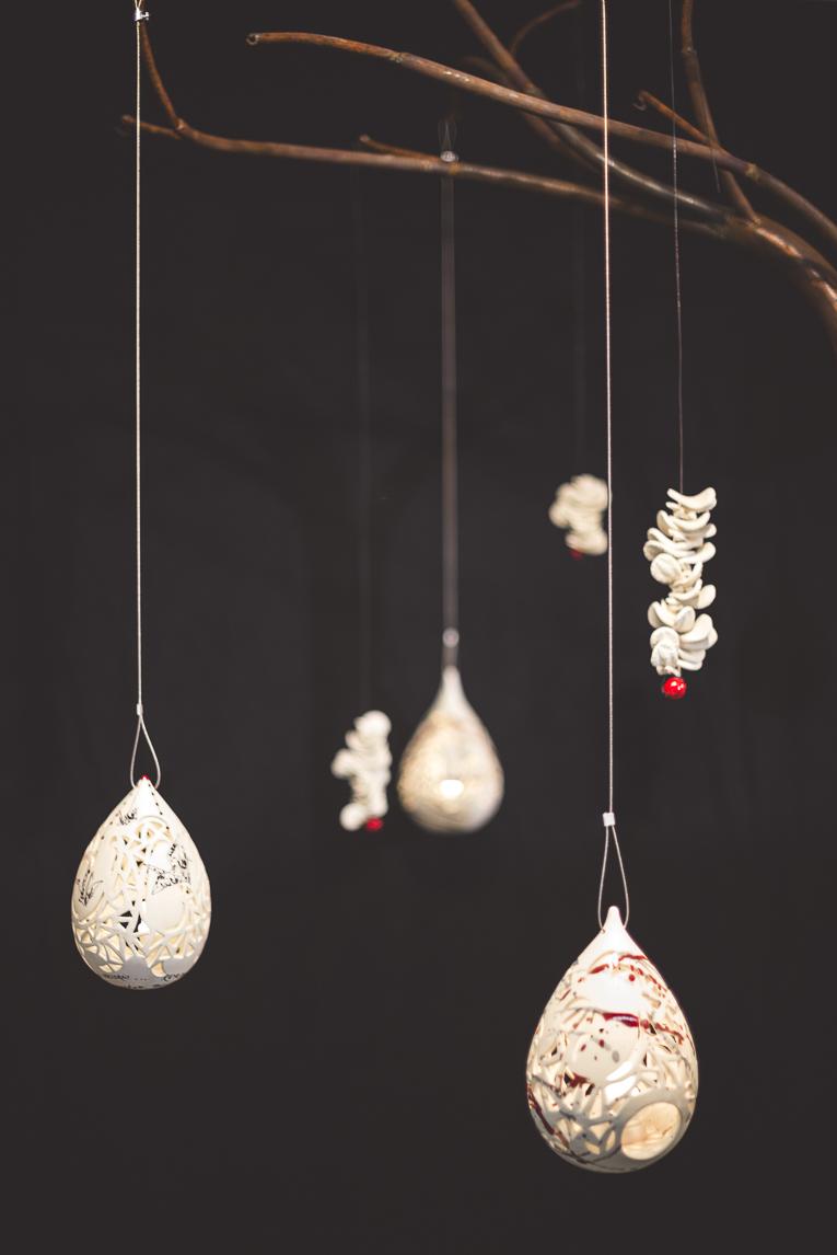 rozimages - photographie évènementielle - Salon des Arts et du Feu 2015 - objets en faïence pendus par des bouts de ficelle - Martres-Tolosane, France