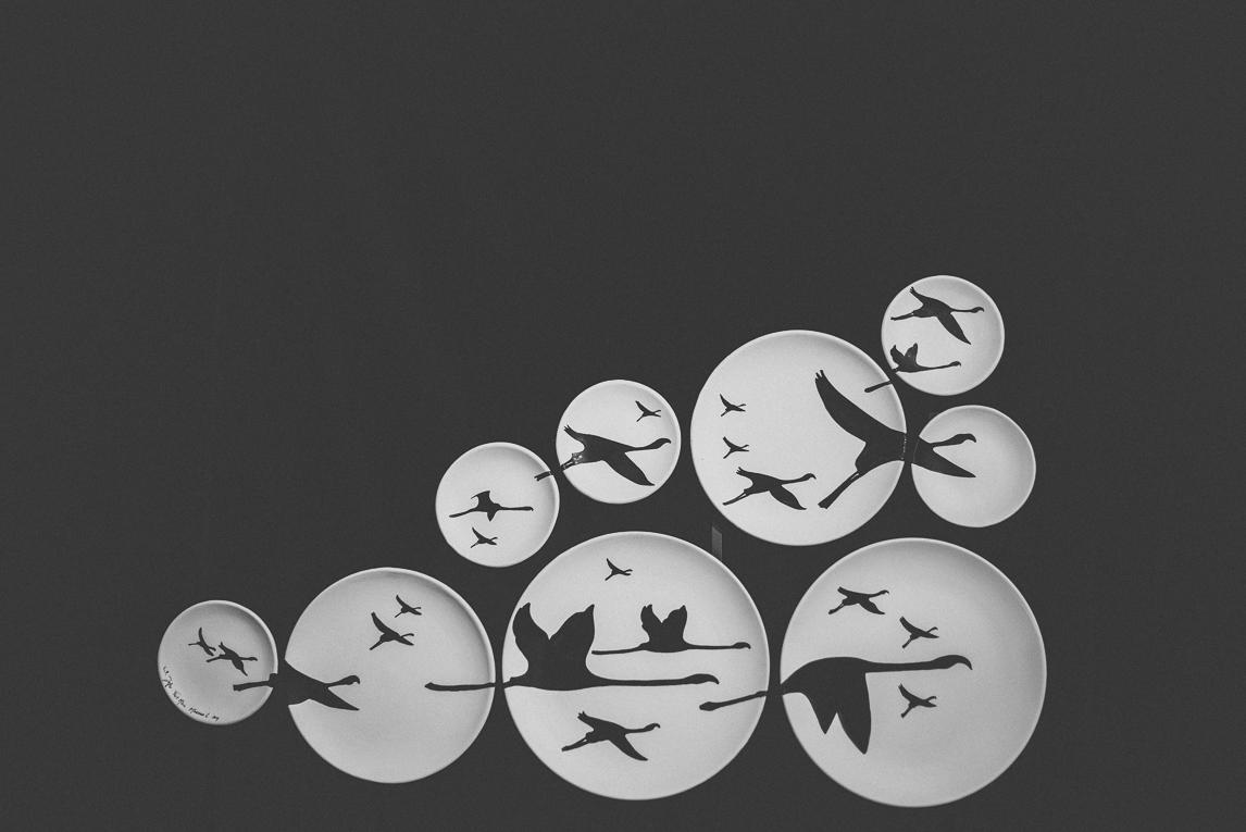 rozimages - photographie évènementielle - Salon des Arts et du Feu 2015 - assiettes en faïence avec oiseaux noirs peints, accrochés au mur - Martres-Tolosane, France