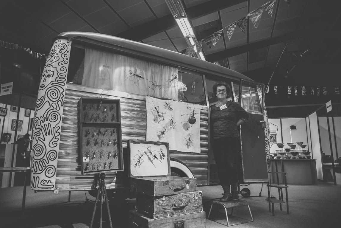 rozimages - photographie évènementielle - Salon des Arts et du Feu 2015 - caravane avec artiste à la porte - Martres-Tolosane, France