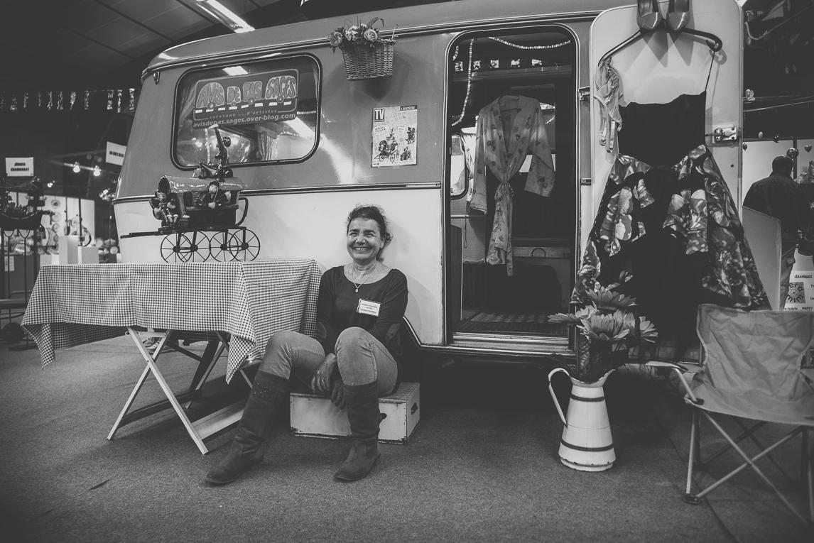 rozimages - photographie évènementielle - Salon des Arts et du Feu 2015 - caravane avec artiste assise devant - Martres-Tolosane, France