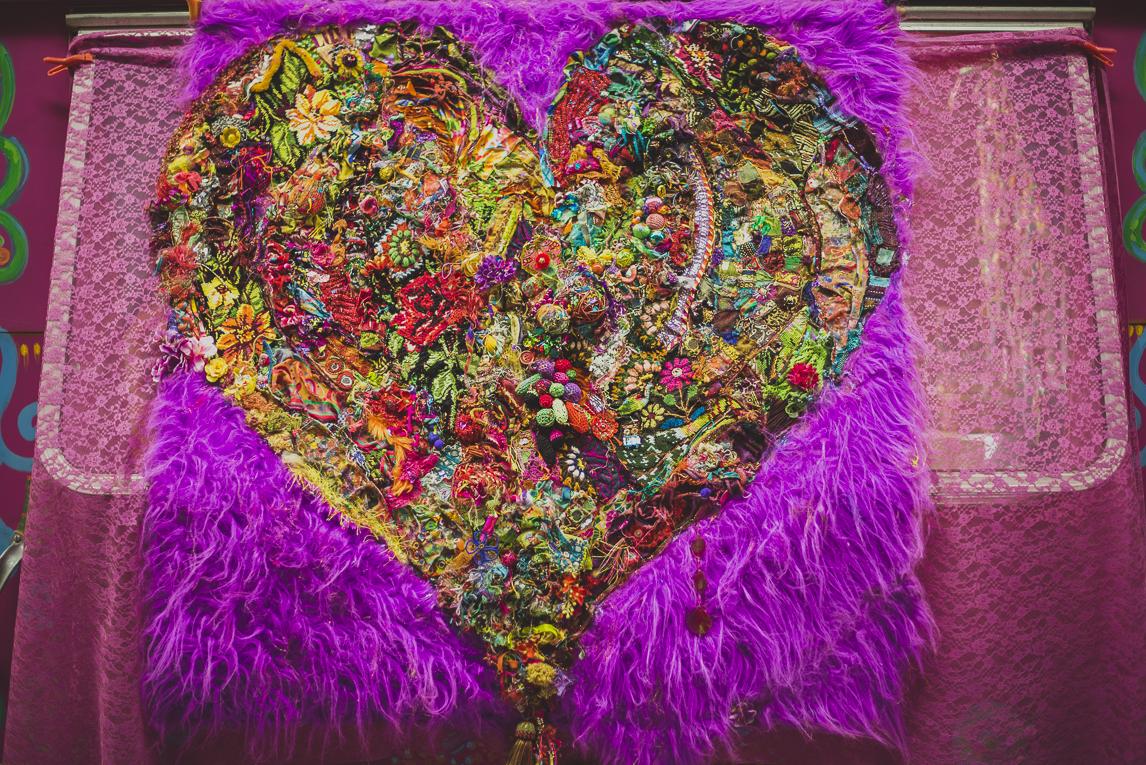 rozimages - photographie évènementielle - Salon des Arts et du Feu 2015 - broderie colorée en forme de coeur - Martres-Tolosane, France