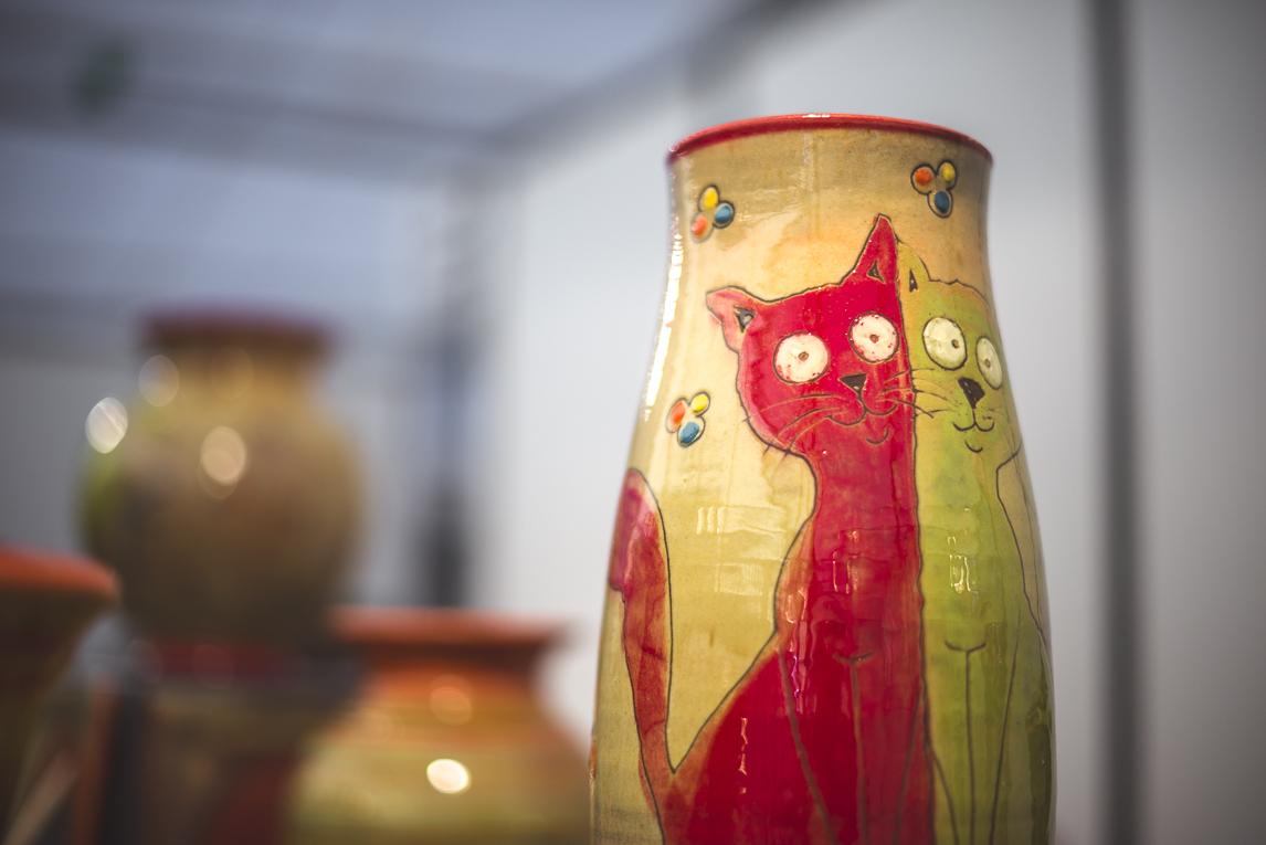 rozimages - photographie évènementielle - Salon des Arts et du Feu 2015 - potterie avec des chats peints, en présentation - Martres-Tolosane, France
