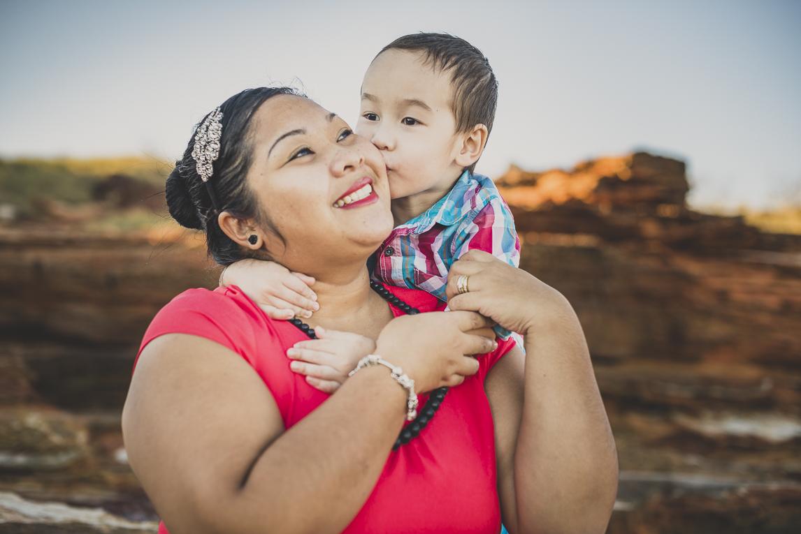 rozimages - photographie de famille - session à la plage - maman et petit garçon l'embrassant sur la joue - Reddell Beach, Broome, Australie