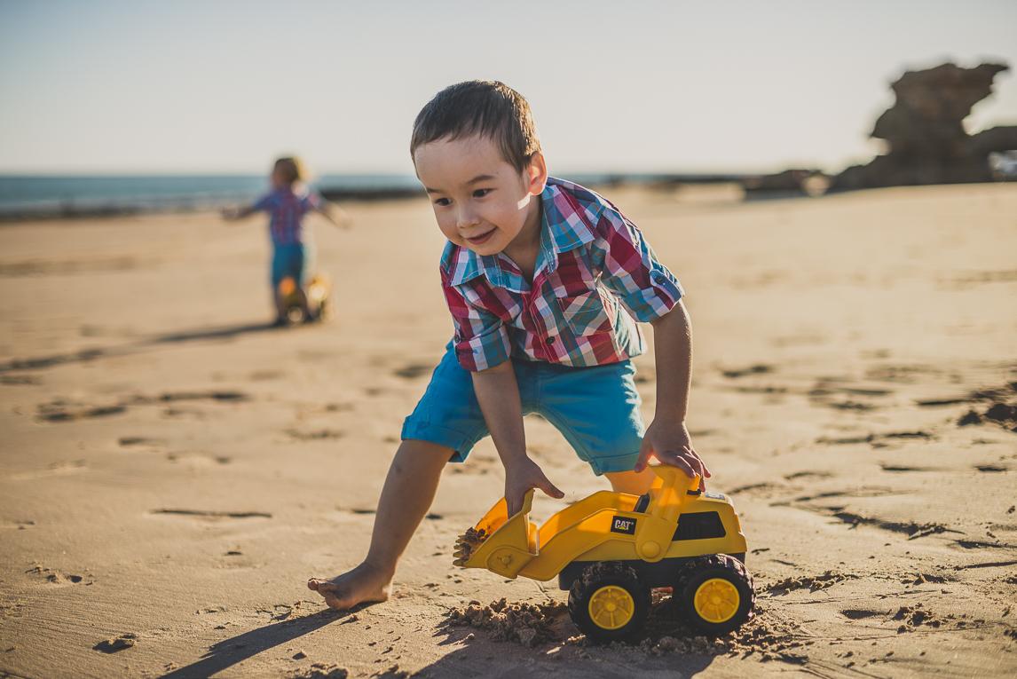 rozimages - photographie de famille - session à la plage - deux garçons jouant avec des petits camions sur la plage - Reddell Beach, Broome, Australie