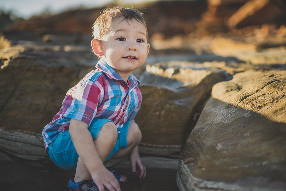 rozimages - photographie de famille - session à la plage - petit garçon près d'un rocher - Reddell Beach, Broome, Australie