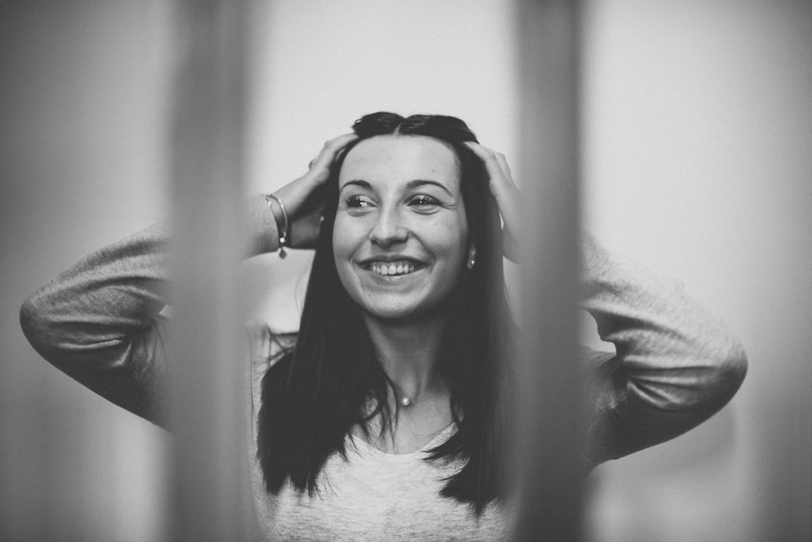 rozimages - photographie lifestyle et portraits - séance individuelle - femme souriant et tenant ses cheveux - Mondavezan, France