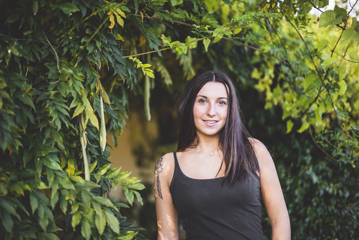 rozimages - photographie lifestyle et portraits - séance individuelle - femme entourée de feuilles vertes - Mondavezan, France