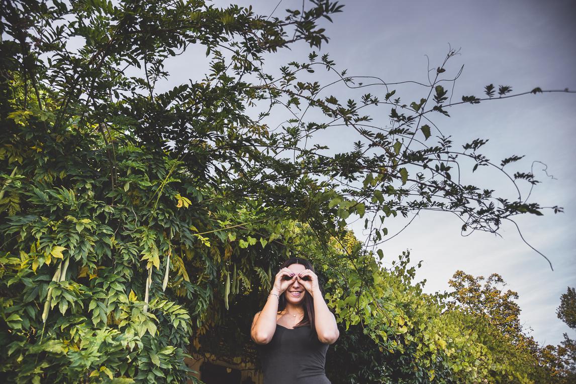 rozimages - photographie lifestyle et portraits - séance individuelle - femme et ses mains en forme de jumelles - Mondavezan, France
