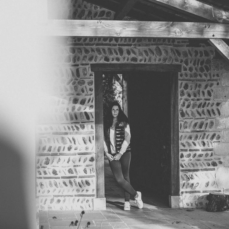 rozimages - photographie lifestyle et portraits - séance individuelle - femme debout dans l'encadrement d'une porte - Mondavezan, France