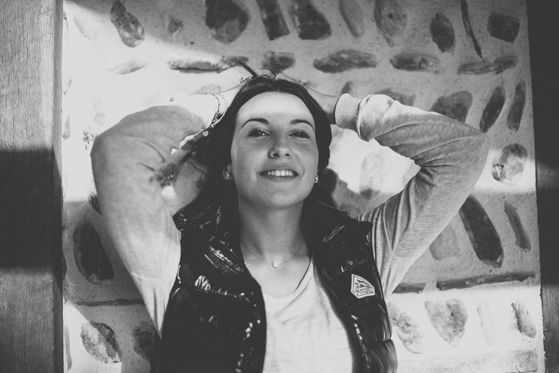 rozimages - photographie lifestyle et portraits - séance individuelle - femme tenant ses cheveux - Mondavezan, France