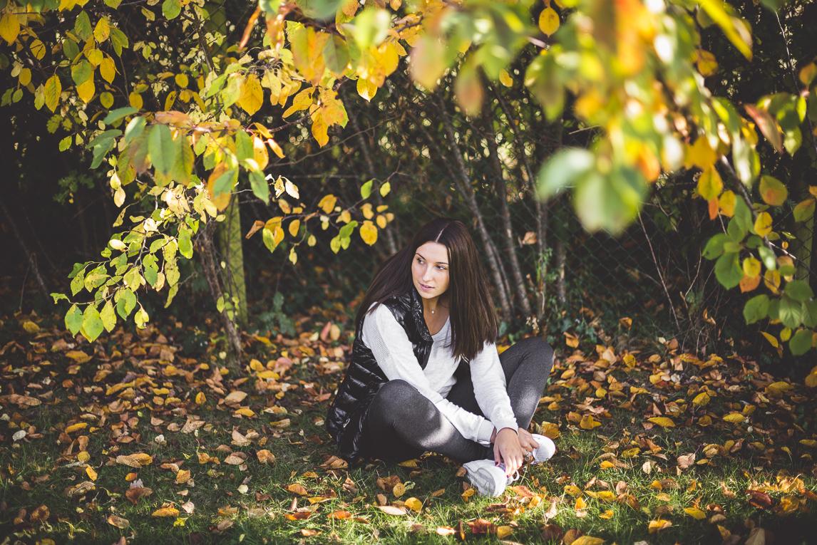rozimages - photographie lifestyle et portraits - séance individuelle - femme assise dans l'herbe sous les arbres - Mondavezan, France