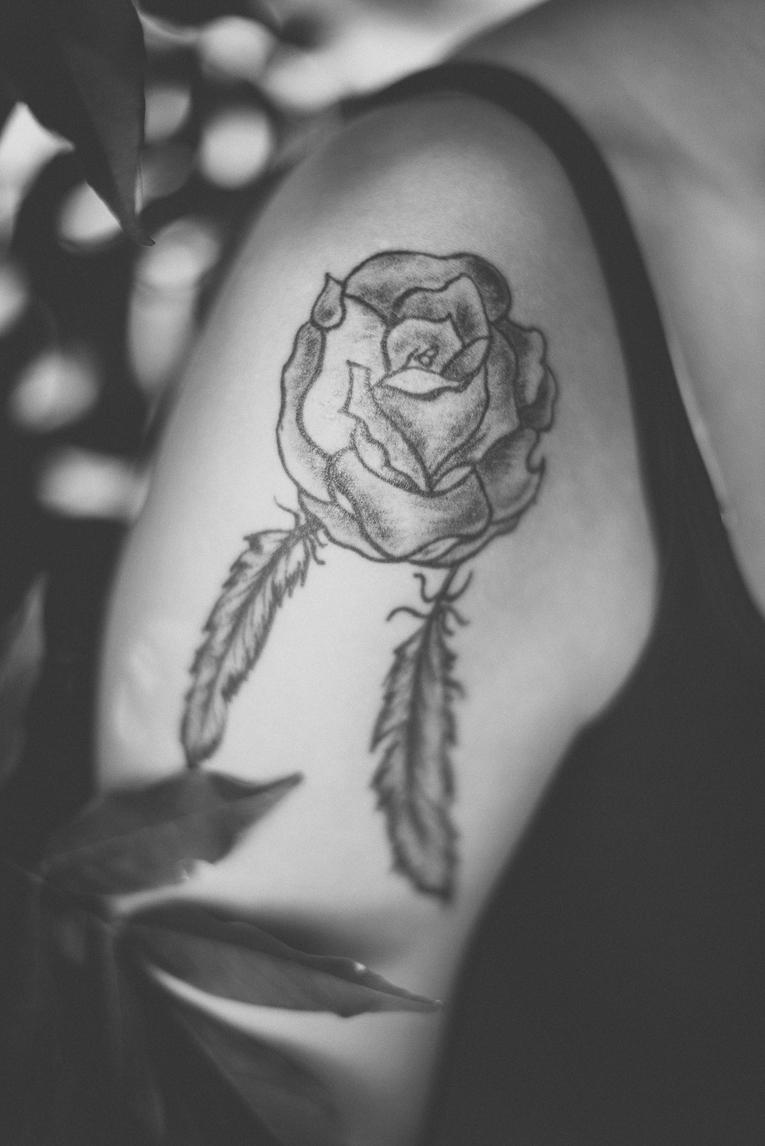 rozimages - photographie lifestyle et portraits - séance individuelle - gros plan d'un tatouage représentant une rose et deux plumes - Mondavezan, France