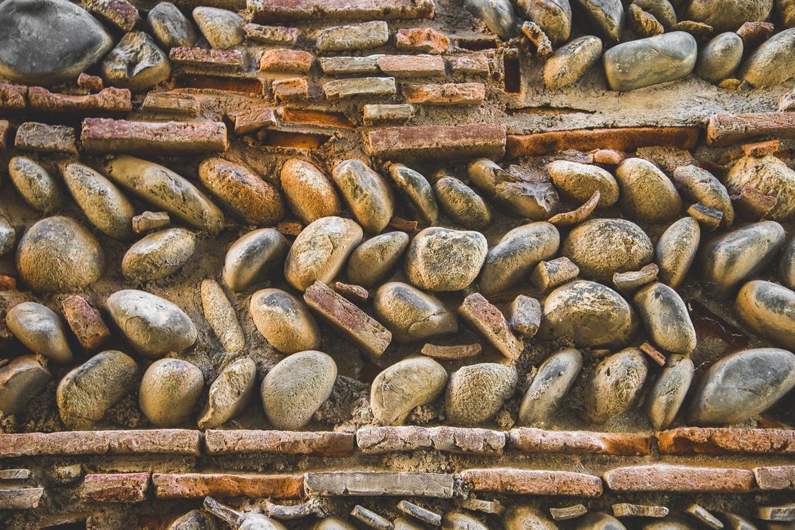 rozimages - photographie de voyage - mur fait de briques rouges et galets - Palaminy, France