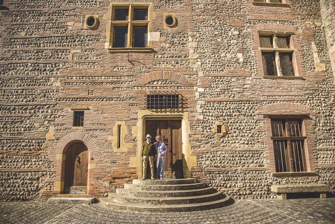 rozimages - photographie de voyage - mur du château avec deux personnes posant devant - Palaminy, France