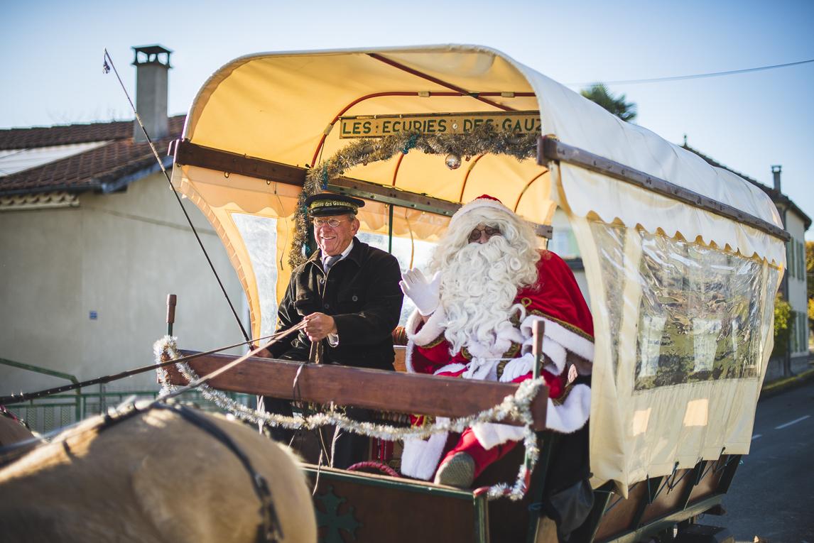 rozimages - photographie d'évènement - évènement communautaire - Marché de Noël 2015 - calèche avec le Père Noel à bord - Mondavezan, France