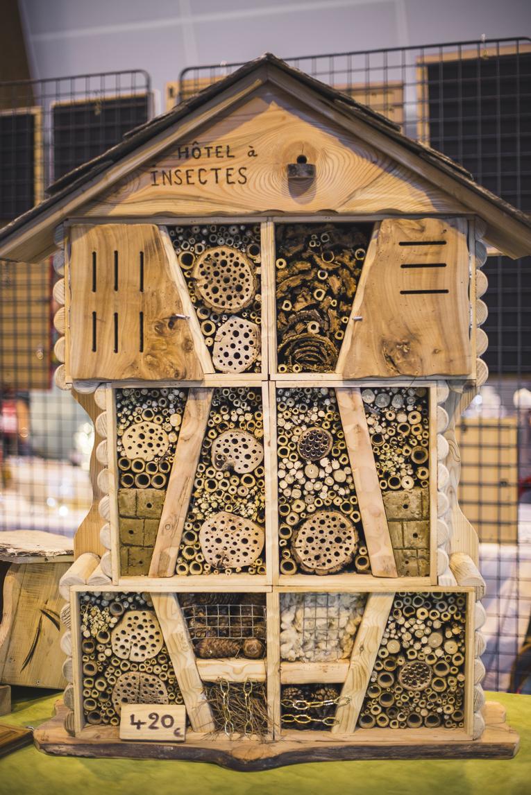 rozimages - photographie d'évènement - évènement communautaire - Marché de Noël 2015 - cabane d'insectes en bois - Mondavezan, France