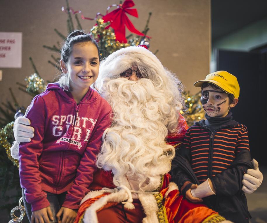 rozimages - photographie d'évènement - évènement communautaire - Marché de Noël 2015 - Père Noël et deux enfants - Mondavezan, France