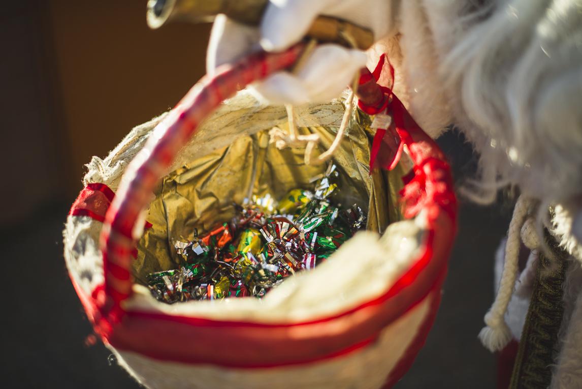 rozimages - photographie d'évènement - évènement communautaire - Marché de Noël 2015 - le sac du Père Noël rempli de bonbons - Mondavezan, France