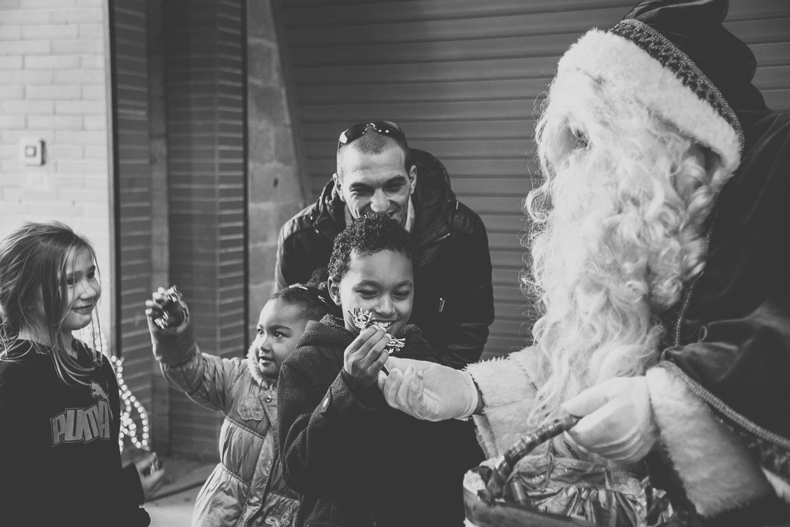 rozimages - photographie d'évènement - évènement communautaire - Marché de Noël 2015 - Père Noël distribuant des bonbons aux enfants - Mondavezan, France