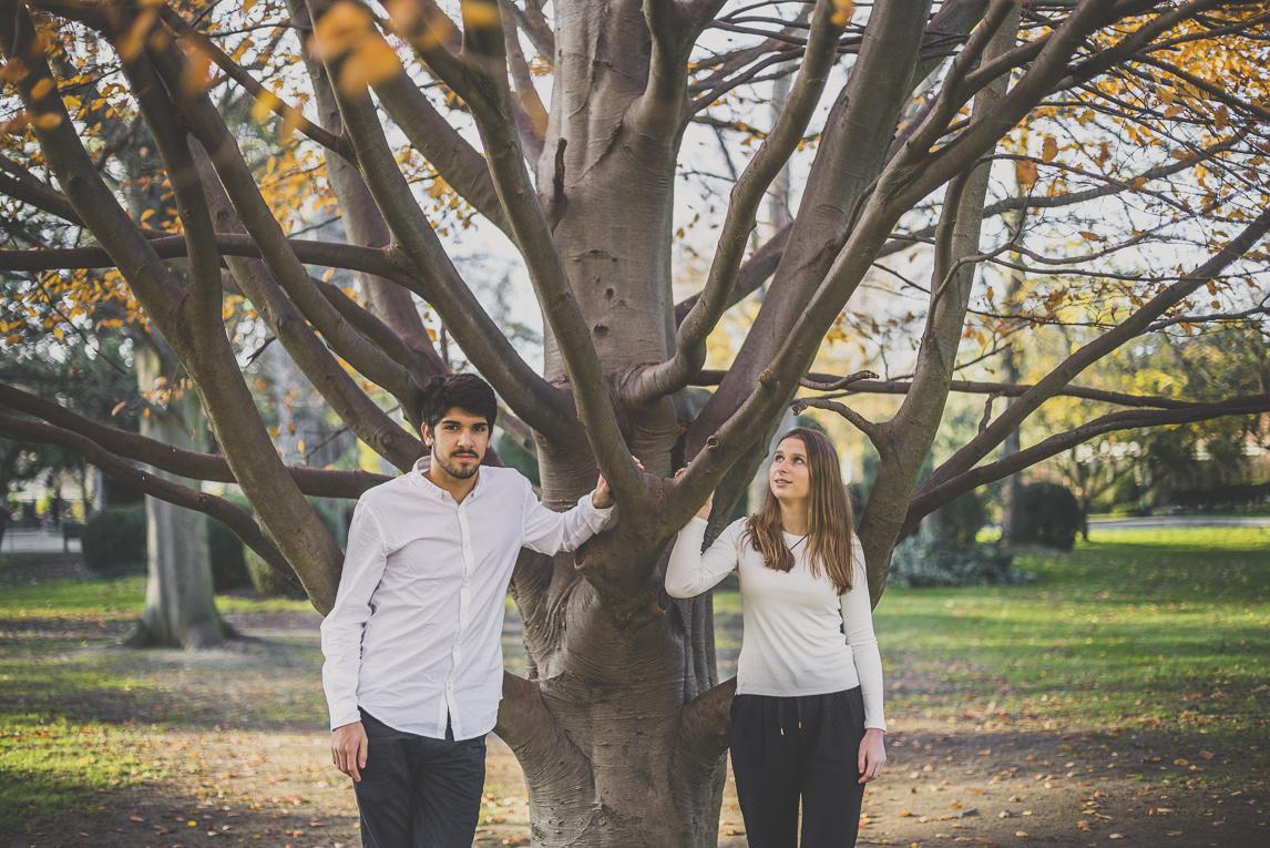 rozimages - photographie de couple - couple posant devant un arbre - Jardin des plantes, Toulouse, France