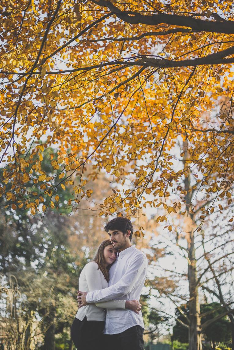 rozimages - photographie de couple - couple se faisant un calin sous un arbre - Jardin des plantes, Toulouse, France