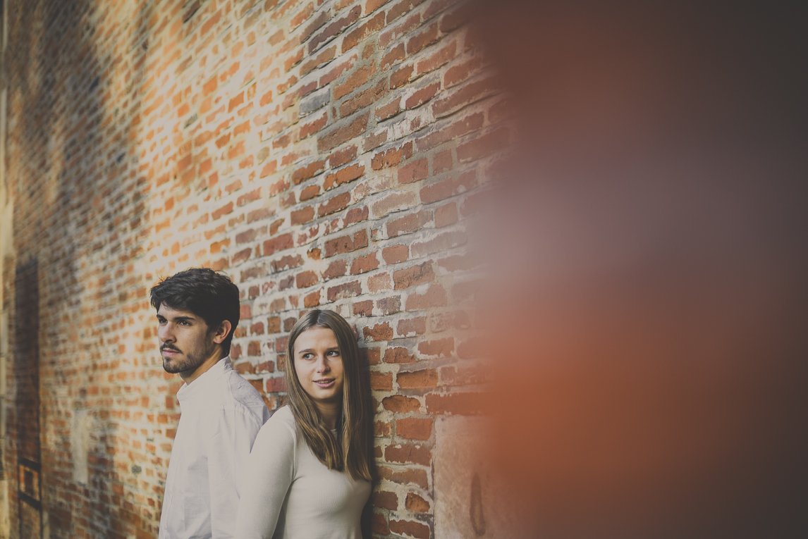 rozimages - couple photography - couple in front of brick wall - Jardin des plantes, Toulouse, France