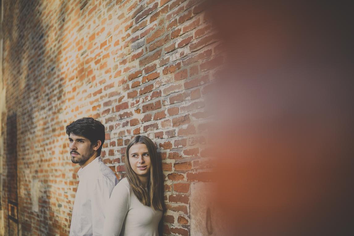 rozimages - photographie de couple - couple devant un mur de briques - Jardin des plantes, Toulouse, France