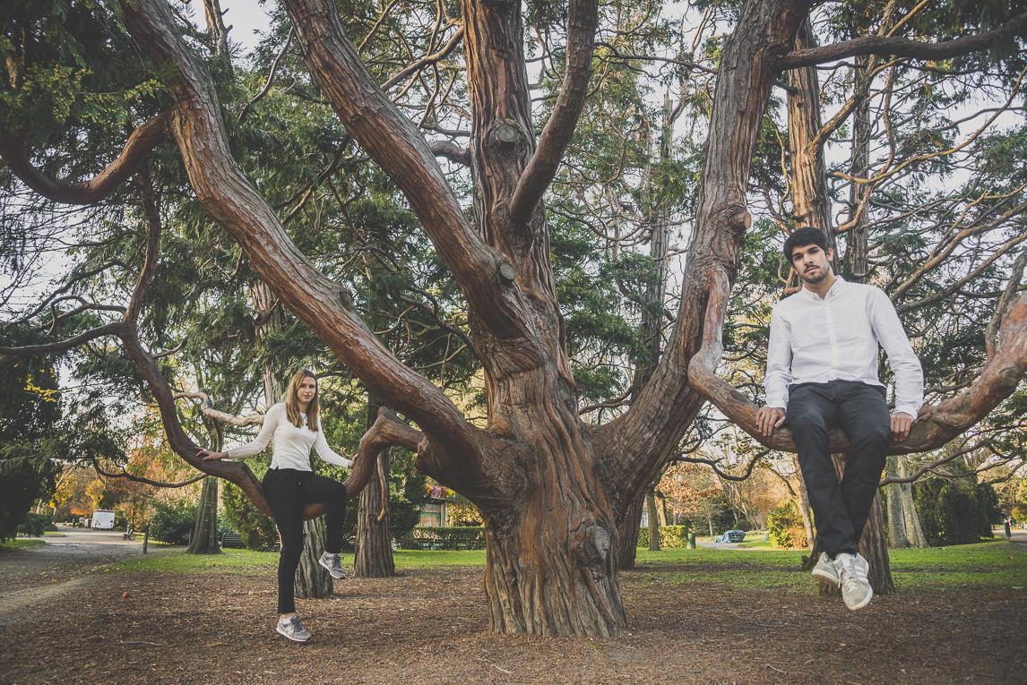 rozimages - photographie de couple - couple assis sur des branches d'arbre - Jardin des plantes, Toulouse, France