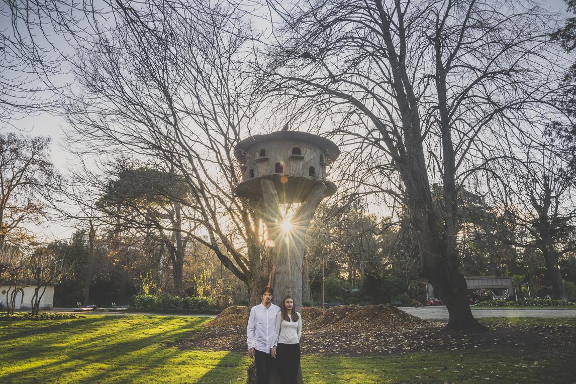 rozimages - photographie de couple - couple debout sous un abris d'oiseaux - Jardin des plantes, Toulouse, France
