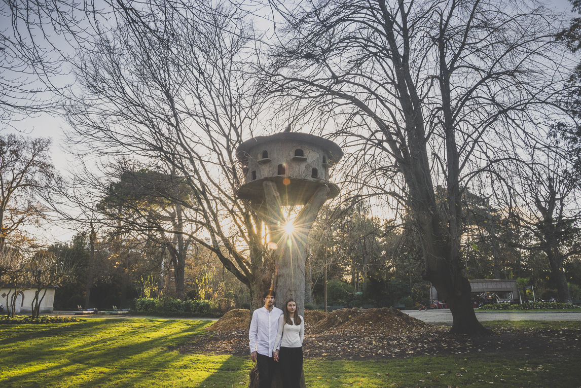 rozimages - couple photography - couple standing below bird shelter - Jardin des plantes, Toulouse, France