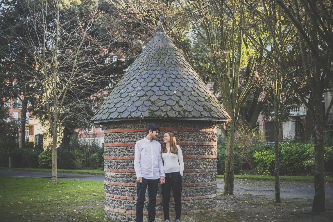 rozimages - photographie de couple - couple se tenant la main devant une petite maison de pierre - Jardin des plantes, Toulouse, France