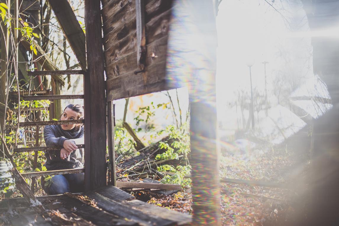 Séance Portrait en Midi-Pyrénées - femme explorant un bâtiment abandonné - Photographe de Portrait
