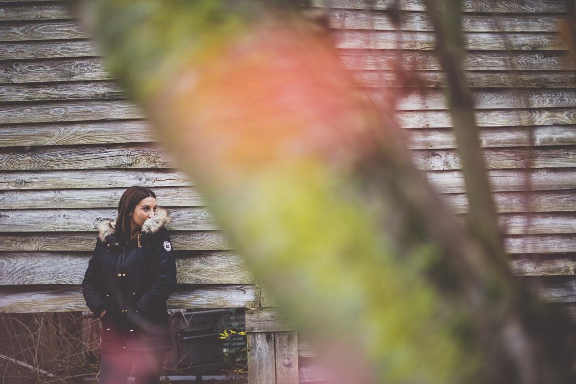 Séance Portrait en Midi-Pyrénées - femme adossée au mur d'une cabane en bois - Photographe de Portrait