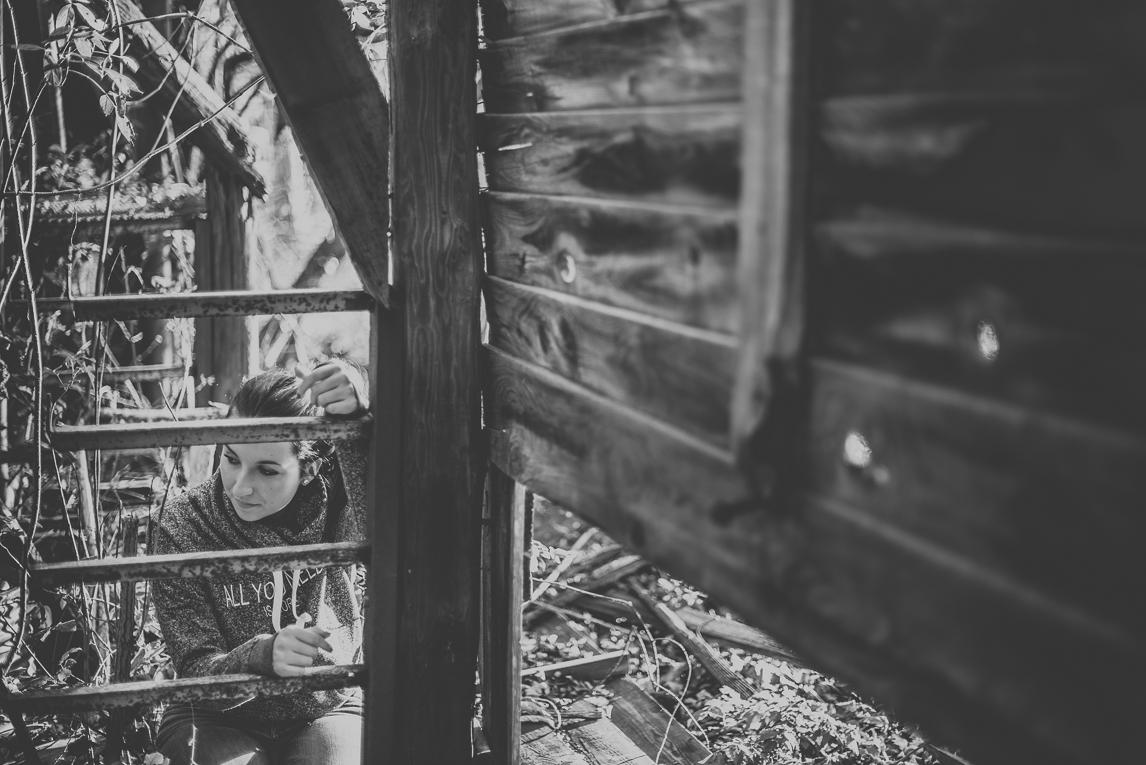 Portrait session in Midi-Pyrénées - femme explorant un bâtiment abandonné - Photographe de Portrait