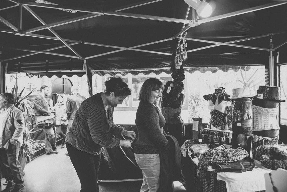 Salon Bien-être et Créations Toulouse - femme essayant un corset - Photographe évènementiel