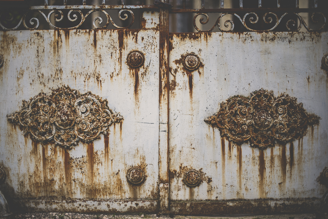 Photo of the French town of Aurignac - rusted metal door - Aurignac Photographer