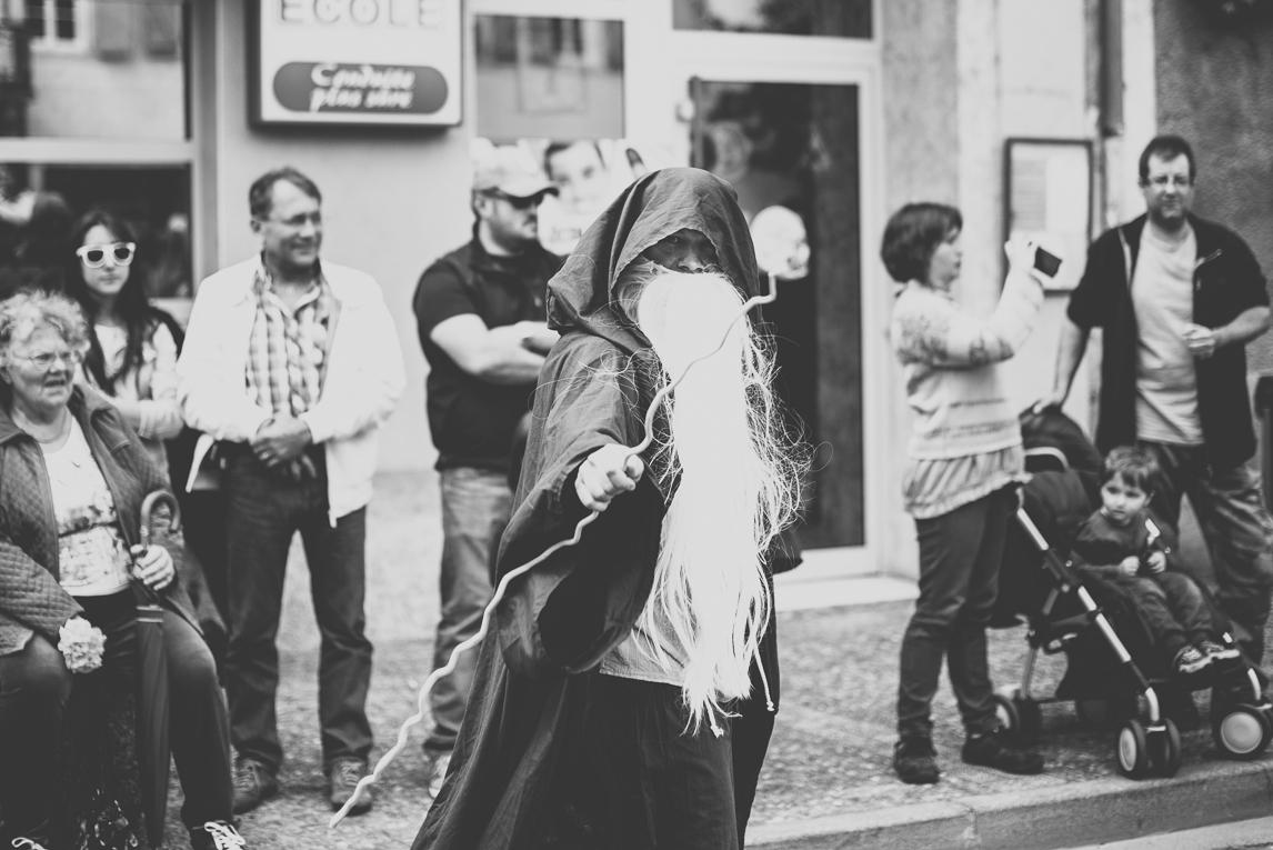 Fête des fleurs Cazères 2016 - homme déguisé défilant - Photographe évènementiel