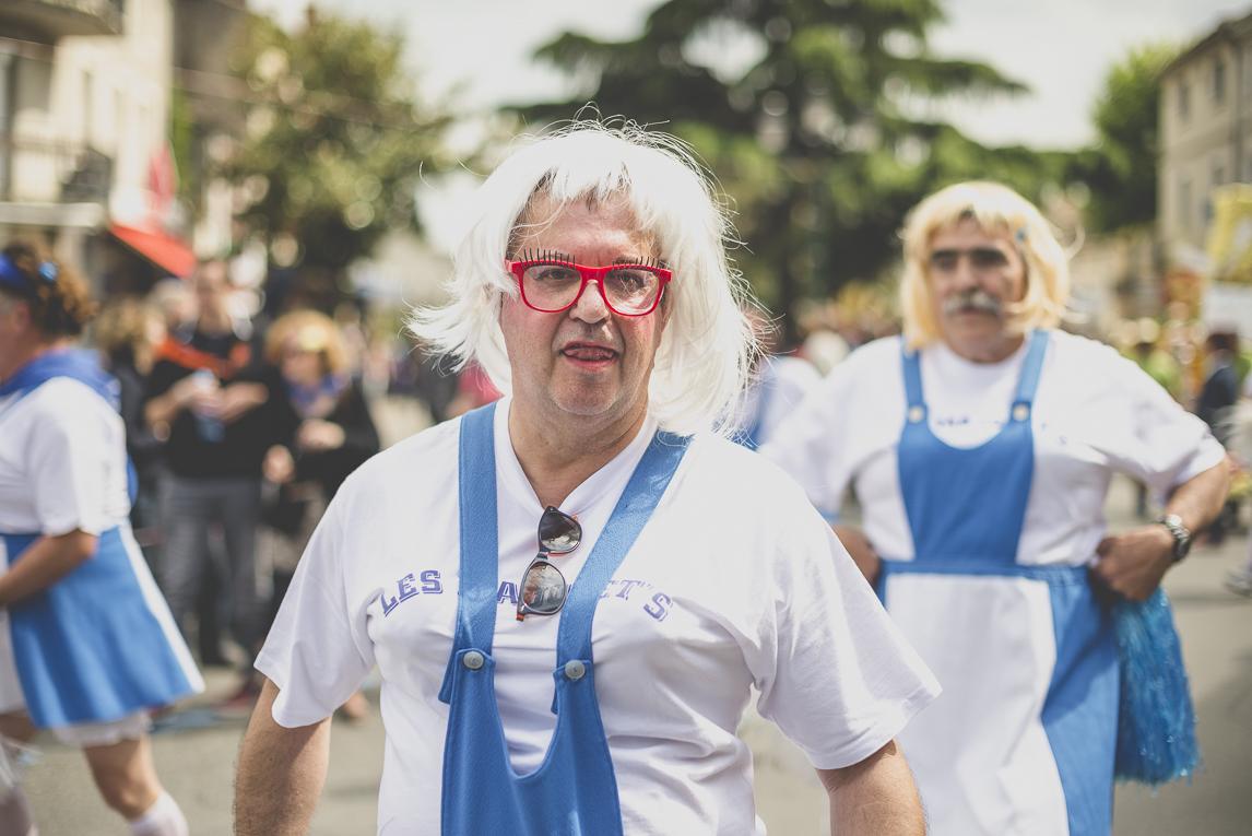 Fête des fleurs Cazères 2016 - hommes déguisés en majorettes de défilé - Photographe évènementiel