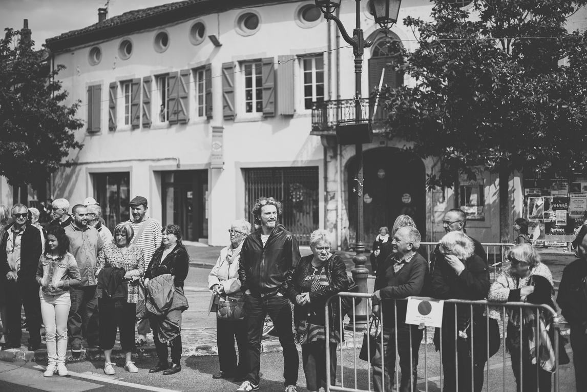 Fête des fleurs Cazères 2016 - personnes regardant le défilé - Photographe évènementiel